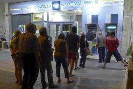 Atene file davanti a Bancomat